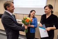 Prof. Tomáš Kubíček gratuluje Místní knihovně Vedrovice, vlevo vedoucí knihovny Bc. Hana Kolegarová, vpravo paní Anna Snášelová