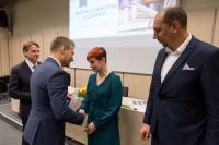 Ing. Tomáš Soukal gratuluje paní Zdence Komůrkové z Městské knihovny Jevišovice, vpravo starosta města Pavel Málek