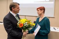Prof. Tomáš Kubíček gratuluje paní Zdence Komůrkové, vedoucí Městské knihovny Jevišovice