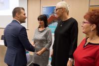 Ing. Tomáš Soukal gratuluje Městské knihovně Pohořelice, uprostřed vedoucí knihovny Martina Minaříková