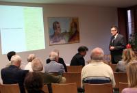 Dr. Mareček z Ústavu germanistiky FF MU uvádí v malém sále MZK přednášky k Robertu Musilovi.