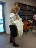 Mgr. Lucie Heilandová při výkladu o psacím náčiní, ukázka pergamenu