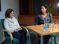 Spisovatelka Eva Menasse (vpravo) s moderátkou Christinou Fasching