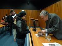 """Peter Demetz podepisuje svou knihu """"Praha ohrožená"""" (25.11. 2010)"""