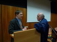 Adrian von Arburg ochotně zodpovídá další dotazy i po skončení pódiové diskuse.